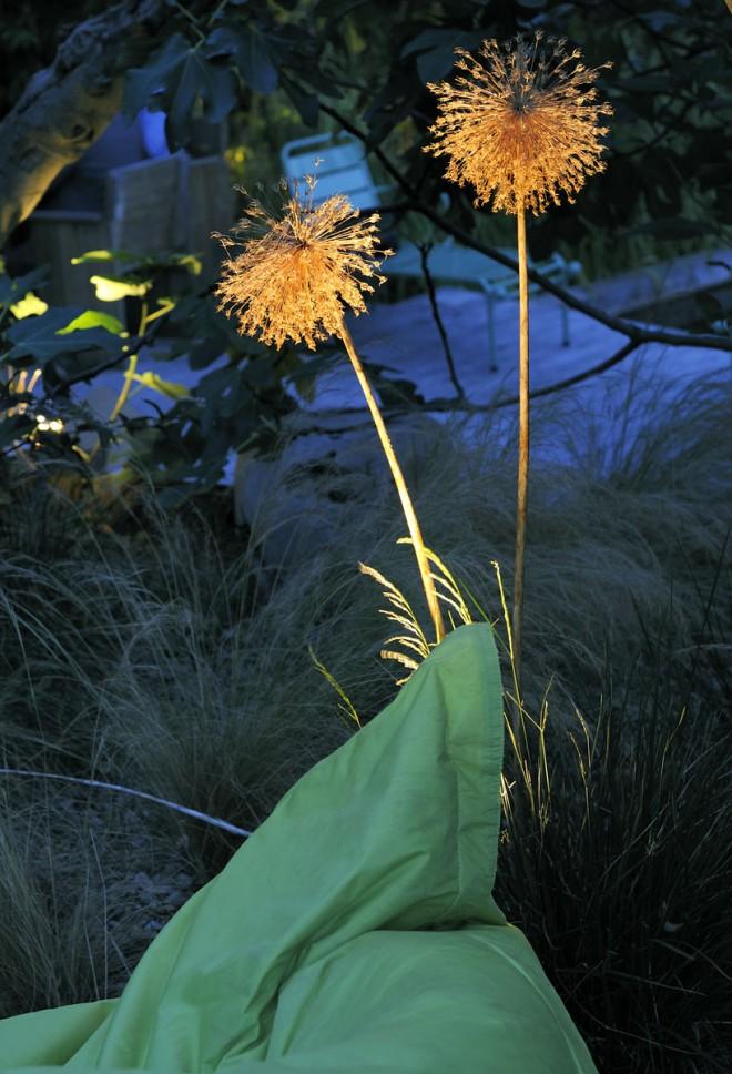 Pouf de jardin et éclairage sur une